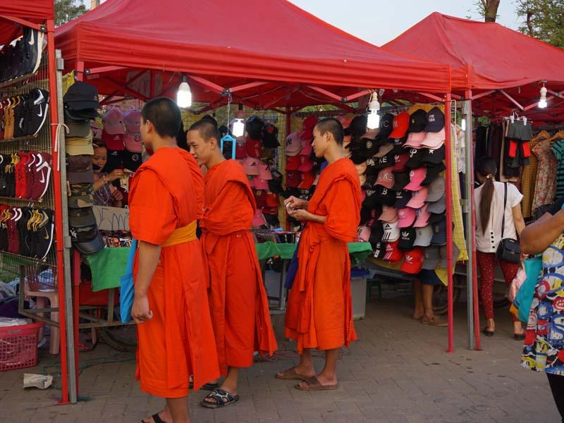 Mönche in orangefarbenen Gewändern