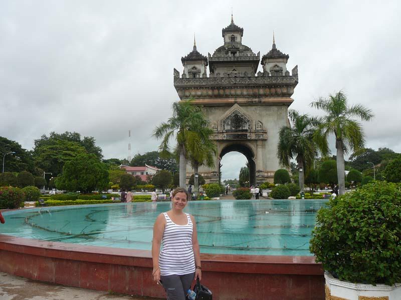 Vientiane Ausflüge: Reisende vor einem Brunnen in Vientiane