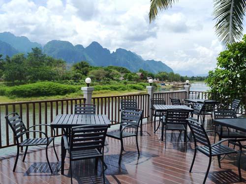 Blick von der Terrasse über den Nam Song in Vang Vieng