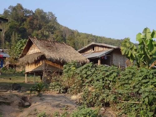Beim Trekking in Nordlaos übernachten Sie in einer einfachen Hütten im Bergdorf