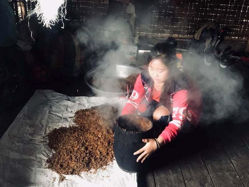 Lernen Sie von den Khmu, wie Reiswein hergestellt wird
