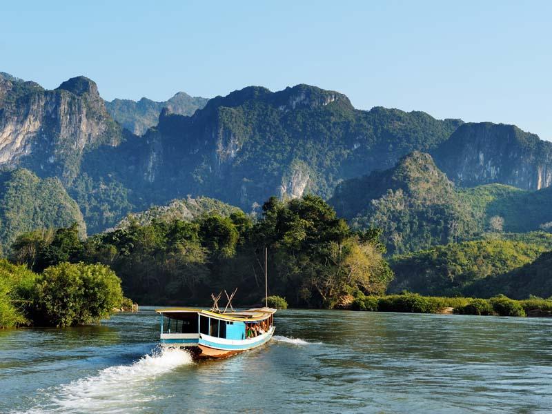 Per Boot fahren Sie zu den Pak Ou Höhlen