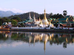 See und Tempel im Zentrum von Mae Hong Son