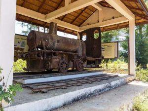 Ausgestellte Lokomotive auf der Insel Don Khon