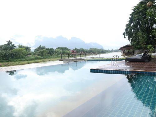 Pool mit Blick auf die Karstfelsen