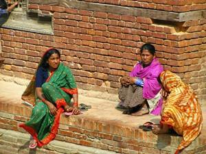 Kulturreise Nepal: Nepalesische Frauen in farbenfrohe Saris