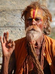 Heiliger Sadhu in traditionellem Gewand