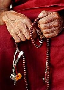 Moench mit Gebetskette in Nepal