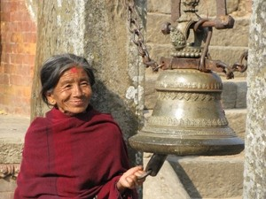 Frau läutet Gebetsglocke