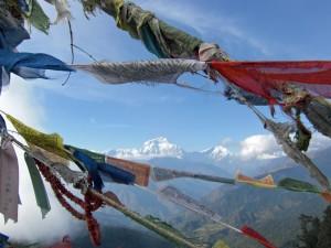 Nepal Gruppenreise: Gebetsflaggen im Himalaya-Gebirge