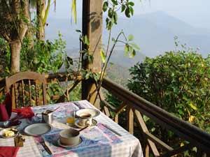 Hotelrestaurant mit Aussicht über Landschaft in Nepal