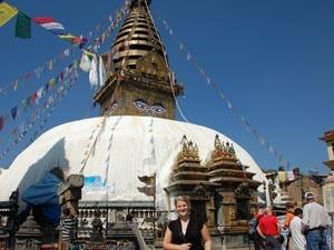 Touristin vor Affentempel in Kathmandu in 2 Wochen Nepal
