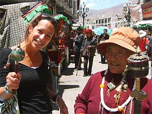 Begegnung zwischen Touristin und Einheimischer auf Markt in Nepal