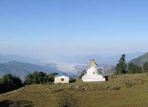 Kleine Stupa auf Bergkuppe