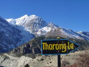 Wegweiser zum Thorung La Pass im Annapurna Gebiet