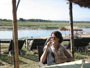 Frau entspannt im Café am Fluss im Chitwan Nationalpark.