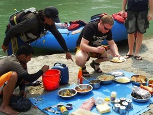 Picknick am Flussufer in Nepal