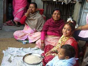 Kulturreise Nepal: Freundliche Newari Familie in Bandipur
