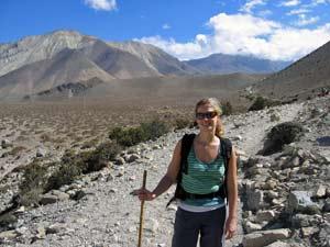 Wanderin in karger Landschaft bei Jomsom