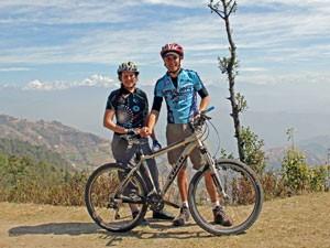 Touristen während Mountainbike-Tour im Kathmandu-Tal