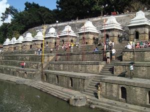 Die Stufen gegenüber der rituellen Kremationsstellen am Pashupatinath