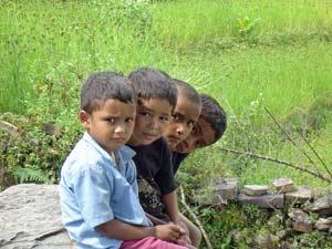 Nepali Jungen am Wegesrand