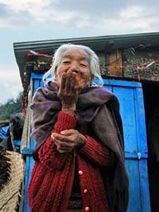 Bewohnerin eines nepalesischen Bergdorfes