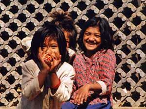Lachende Kinder in Nepal