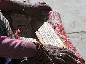 Eine Nepalesin liest buddhistische Texte.