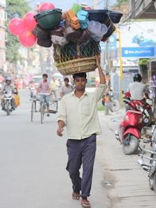 Begegnung mit einem Straßenverkäufer während Nepal Tour