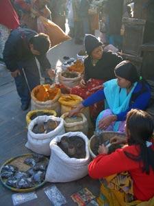 Frauen auf dem Markt von Besi Shahar