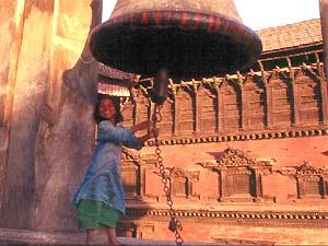 3 Wochen Nepal: Mädchen schlägt Glocke in Kathmandu