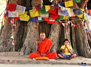 Ein Mönch und ein Kind bei der Meditation in Lumbini