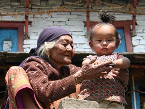 Nepalesische Oma mit ihrem Enkelkind