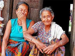 Fröhliche Einwohnerinnen von Pokhara