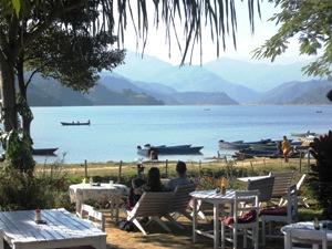 Cafe mit Blick auf Phewa See in Pokhara