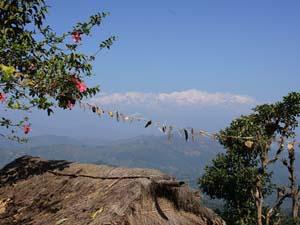 Gebetsflaggen und Aussicht bei Ramkot