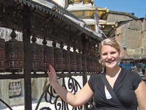 Frau an Gebetsmühlen in Bhaktapur