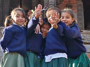 Nepal Gruppenreise: Mädchen in Schuluniform in Nepal
