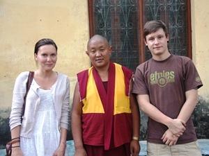 Touristen mit tibetischem Mönch in Jampaling