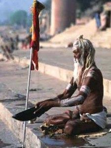 Indien Nepal Reise: Saddhu - asketischer Bettelmönch - bei Varansi