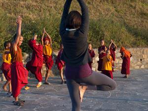 Teilnehmer eines Yoga-Kurses vor dem Haupttor des Klosters