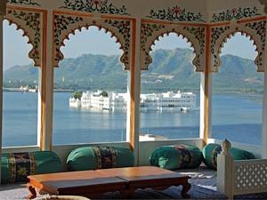 Indien Nepal Reise: Sitzecke im Hotel mit Blick auf den See von Udaipur