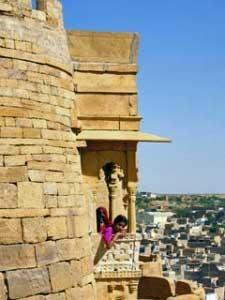Indien Nepal Reise: Mädchen im Fort von Jaisalmer