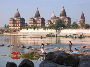 Indien Nepal Reise: Badende bei den Palästen von Orchha