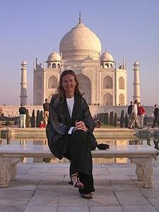 Indien Nepal Reise: Frau vor Taj Mahal in Indien