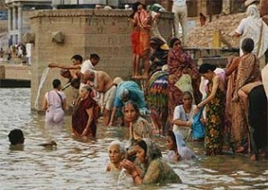Indien Nepal Reise: Badende Frauen in Varanasi