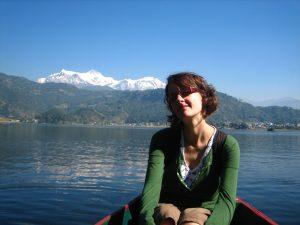 Nepal Gruppenreise: Boot mit Frau auf See
