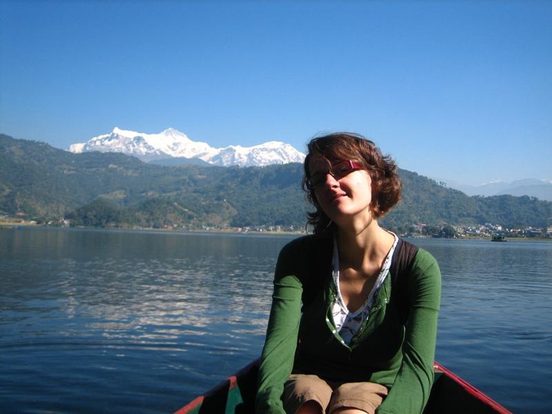Boot mit Frau auf See