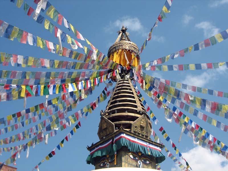 Indien Nepal Reise: Gebetsflaggen an einer Stupa